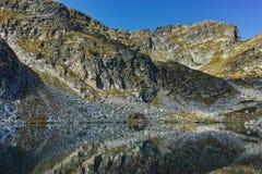 Le paysage étonnant des lacs Elenski et le Malyovitsa font une pointe, montagne de Rila Photographie stock