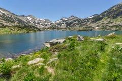 Le paysage étonnant du chuki et du Dzhano de Demirkapiyski fait une pointe, lac Popovo, montagne de Pirin Photographie stock libre de droits