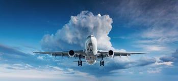 Le paysage avec l'avion blanc de passager vole en SK bleue Photos stock