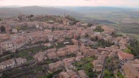 Le paysage calme de la petits ville de colline et comune italiens Montalcino de bourdon dans le jour d'été, caméra vole lentement banque de vidéos