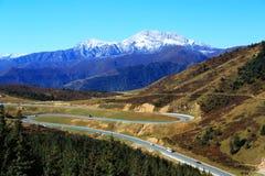Le paysage coloré d'automne le long de la route au parc national de Huanglong Photos stock