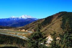 Le paysage coloré d'automne le long de la route au parc national de Huanglong Photo libre de droits