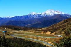 Le paysage coloré d'automne le long de la route au parc national de Huanglong Photographie stock libre de droits