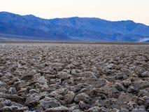 Le paysage croustillant du terrain de golf de diables au parc national de Death Valley images libres de droits