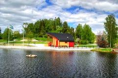 Le paysage d'été de ressort opacifie le bateau en Suède Image libre de droits