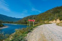 Le paysage d'Altai avec la rivière de montagne, les collines vertes et la route de pierre de montagne avec l'indicateur, Sibéri images libres de droits