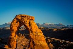 Le paysage d'automne avec le ciel bleu profond et les roches rouges en Utah abandonnent, et voûte sensible photographie stock libre de droits