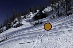Le paysage d'hiver avec la neige a couvert la route et le poteau de signalisation Photos libres de droits