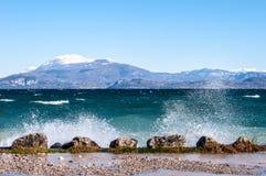 Le paysage d'un lac avec des vagues et injecte un jour venteux photographie stock