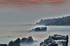 Le paysage de crépuscule de l'île avec la mer mobile ondule Image stock