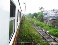 Le paysage de en dehors du train fonctionnent par le taudis Images stock