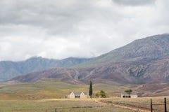 Le paysage de ferme avec le nuage a couvert Swartberg Photographie stock