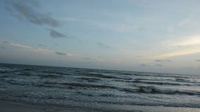 Le paysage de gauche à droite de cuisson de la mer et l'eau surfent sur la plage dans le coucher du soleil banque de vidéos