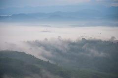Le paysage de la forêt de montagne brumeuse a couvert des collines au khai NU de khao Image stock