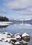 Le paysage de lac winter avec la neige a couvert des montagnes Images stock