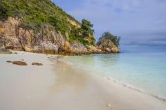 Le paysage de mer de paradis avec l'océan blanc de sable et d'émeraude étayent en île Malaisie de Rawa Images libres de droits
