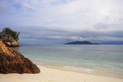 Le paysage de mer de paradis avec l'océan blanc de sable et d'émeraude étayent en île Malaisie de Rawa Photos libres de droits