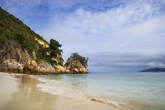Le paysage de mer de paradis avec l'océan blanc de sable et d'émeraude étayent en île Malaisie de Rawa Photo libre de droits
