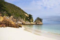 Le paysage de mer de paradis avec l'océan blanc de sable et d'émeraude étayent en île Malaisie de Rawa Image libre de droits