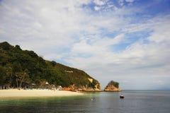 Le paysage de mer de paradis avec l'océan blanc de sable et d'émeraude étayent en île Malaisie de Rawa Image stock