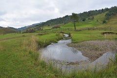 Le paysage de montagne dans le matin d'été, Roumanie, Fundatura Ponorului Photos stock