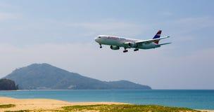 Le paysage de plage, l'avion vient dans la terre Photo stock