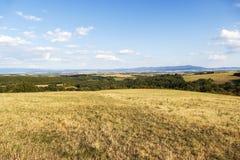 Le paysage de pré au milieu de la Slovaquie avec le ciel bleu et les nuages en automne tombent Forêt de campagne avec la vue pano Photo stock