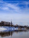 Le paysage de ressort, la rivière en crue, les banques neigent toujours Photographie stock