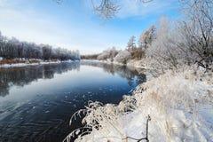 Le paysage de rivière d'hiver Photos stock