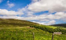 Le paysage de route de montagne avec la vieille carlingue et la montagne chez Gairnshiel logent l'Ecosse photo libre de droits