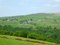 Le paysage de vall?es de West Yorkshire avec des fermes ?tait perch? sur de hautes collines avec les champs mur?s typiques et le  image stock