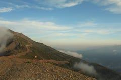 Le paysage des montagnes au coucher du soleil en été Photographie stock