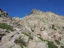 Le paysage du mountainn élevé fait une pointe dans les alpes corsician avec des Bu verts Image stock