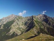 le paysage du mountainn élevé fait une pointe dans les alpes corsician avec le sentier piéton Photos libres de droits