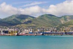 Le paysage du port, sur le fond de la mer et de la montagne Photos stock