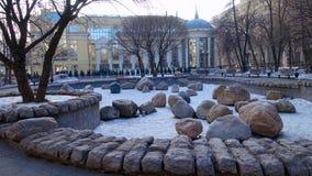 Le paysage en parc de ville avec de grandes pierres Photographie stock
