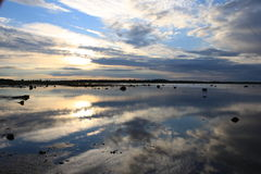 Le paysage est une réflexion du ciel dans l'eau Photos stock