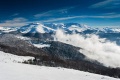 Le paysage et la neige de montagne d'hiver ont couvert des crêtes en Europe images stock
