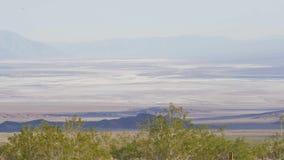 Le paysage infini chez Death Valley la Californie banque de vidéos