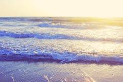 Le paysage marin abstrait d'océan ondule le filtre de vintage de lever de soleil de coucher du soleil de soirée Photographie stock libre de droits