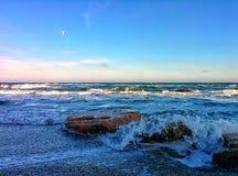 Le paysage marin avec des roches et éclabousse sur le bord de mer Photographie stock