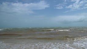 Le paysage marin avec la haute ondule en Windy Weather banque de vidéos