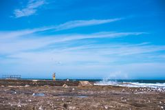 Le paysage minimal du ciel bleu et la roche échouent avec une dame minuscule stan photos libres de droits