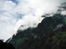 Le paysage mystérieux de l'Himalaya inférieur dans la mousson Photographie stock