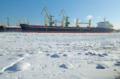 Le paysage naturel au port de cargaison Photos stock