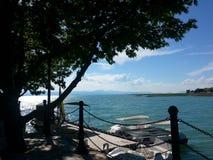Le paysage opacifie le soleil de timelampse et le ciel de lac Photo libre de droits
