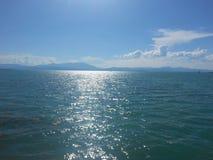 Le paysage opacifie le soleil de timelampse et le ciel de lac Photographie stock libre de droits