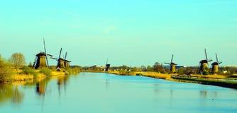 Le paysage pittoresque avec les moulins aériens sur le canal dans Ki Photos libres de droits