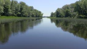 Le paysage pittoresque de rivière Vidéo du nez de la navigation de bateau Ciel bleu clair et eau calme de la rivière banque de vidéos