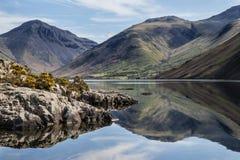 Le paysage renversant de l'eau de Wast et du secteur de lac fait une pointe sur le résumé Photo stock